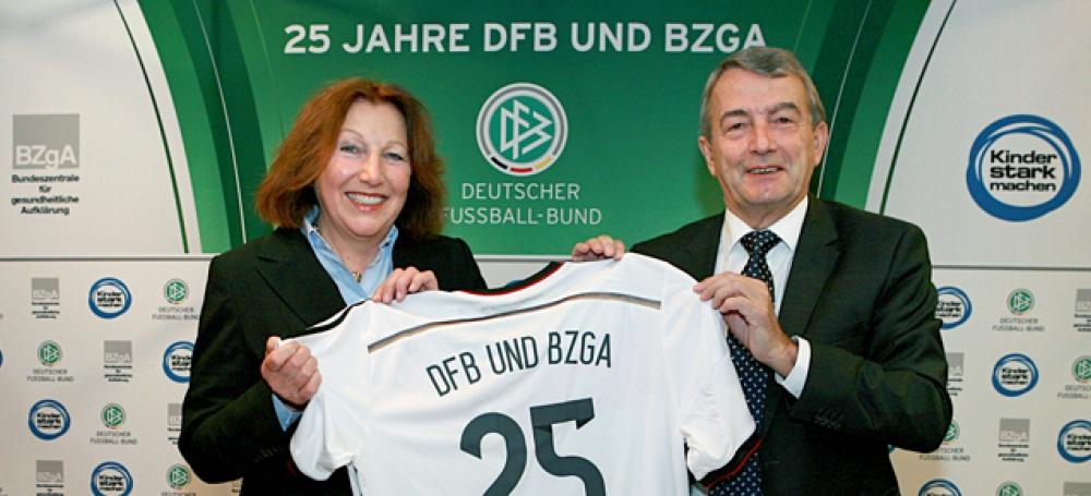 BZgA-Direktorin Prof. Dr. Elisabeth Pott und DFB-Präsident Wolfgang Niersbach  ©
