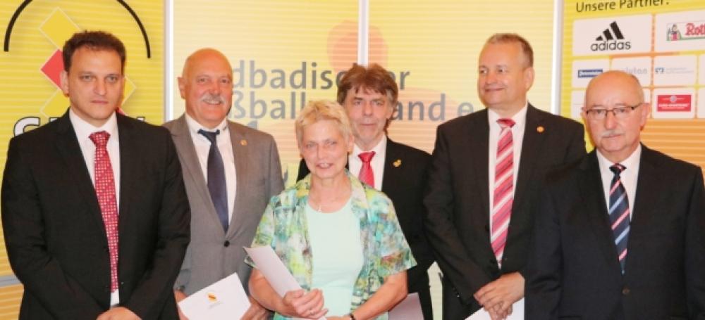 Die geehrten Mitarbeiter mit Kai Schmitt (l.) und SBFV-Präsident Thomas Schmidt (r.)