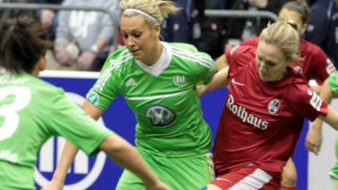 Spielszene vom DFB-Hallenpokal 2013: VfL Wolfsburg - SC Freiburg