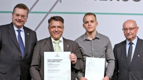 Vertreter des SVO Rieselfeld mit DFB-Präsident Reinhard Grindel (links) und SBFV-Präsident Thomas Schmidt (rechts)