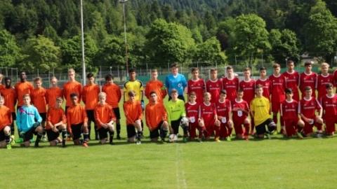 Gruppenfoto vor dem Anpfiff des Auswahlspiels zwischen beiden Auswahlteams.